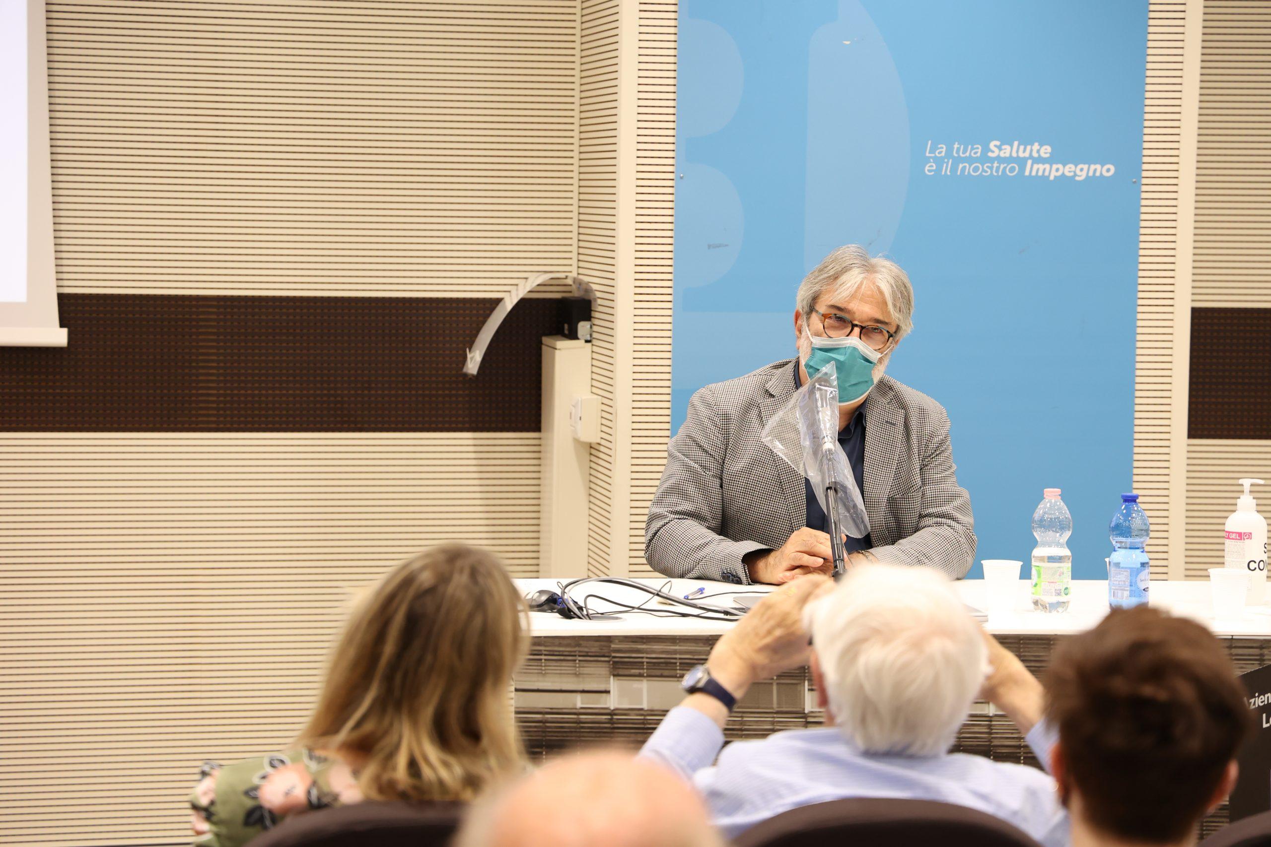 Il professor Vincenzo Alastra alla premiazione dell'edizione 2021 del concorso letterario Gim, fra sogno e realtà del Fondo Edo Tempia di Biella.