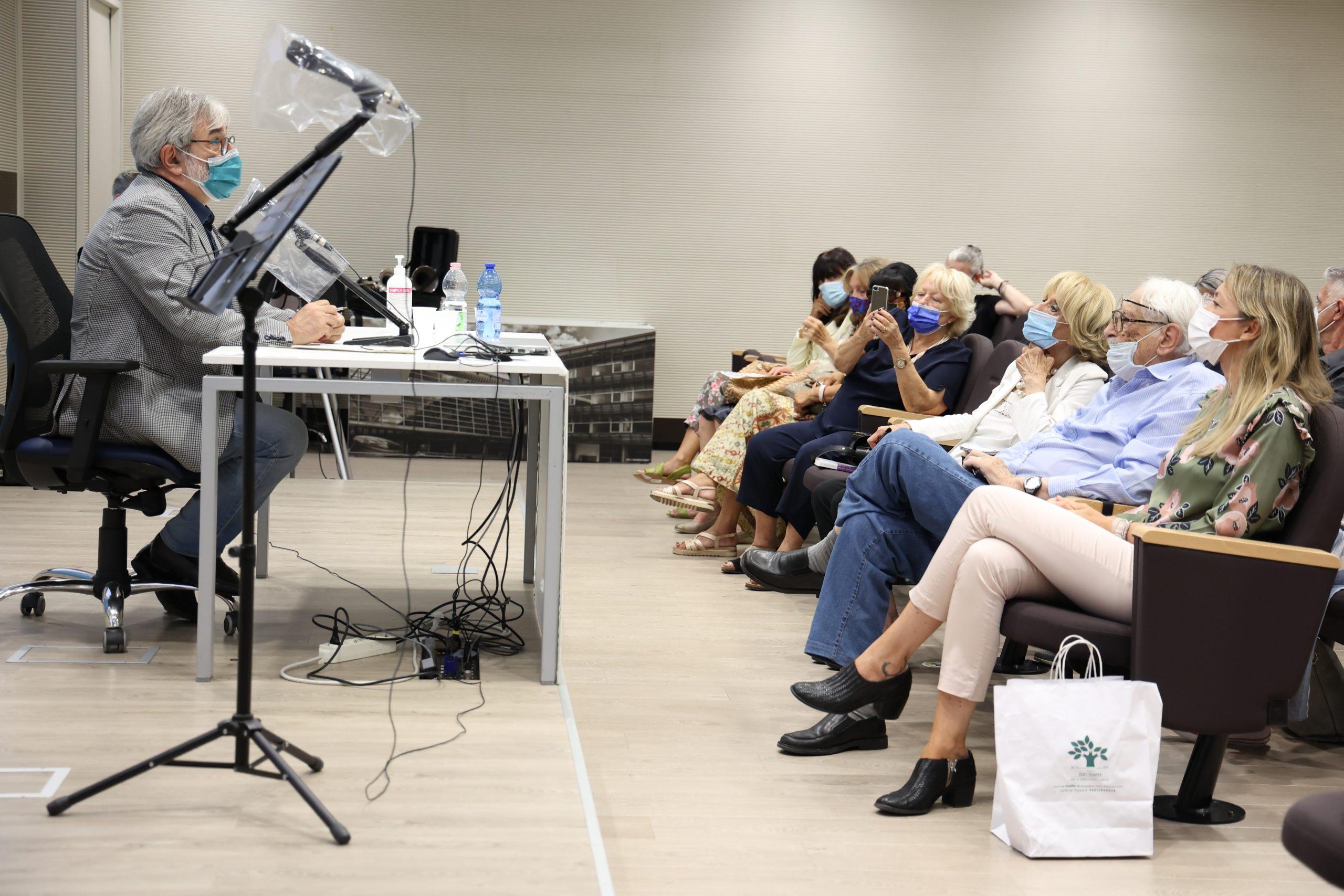 Il professor Vincenzo Alastra presenta la premiazione dell'edizione 2021 del concorso letterario Gim, fra sogno e realtà del Fondo Edo Tempia di Biella.