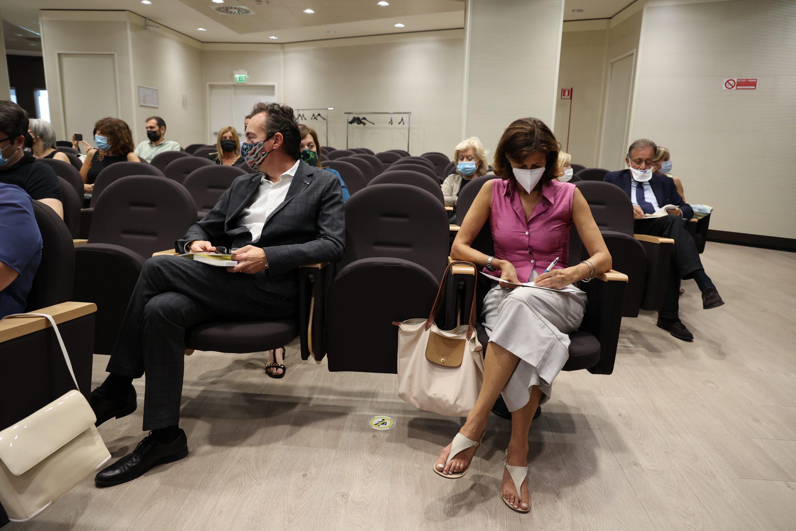Il Dottor Francesco Leone, Direttore di Oncologia ASL BI, e Agelica Sella alla premiazione dell'edizione 2021 del concorso letterario Gim, fra sogno e realtà del Fondo Edo Tempia di Biella.