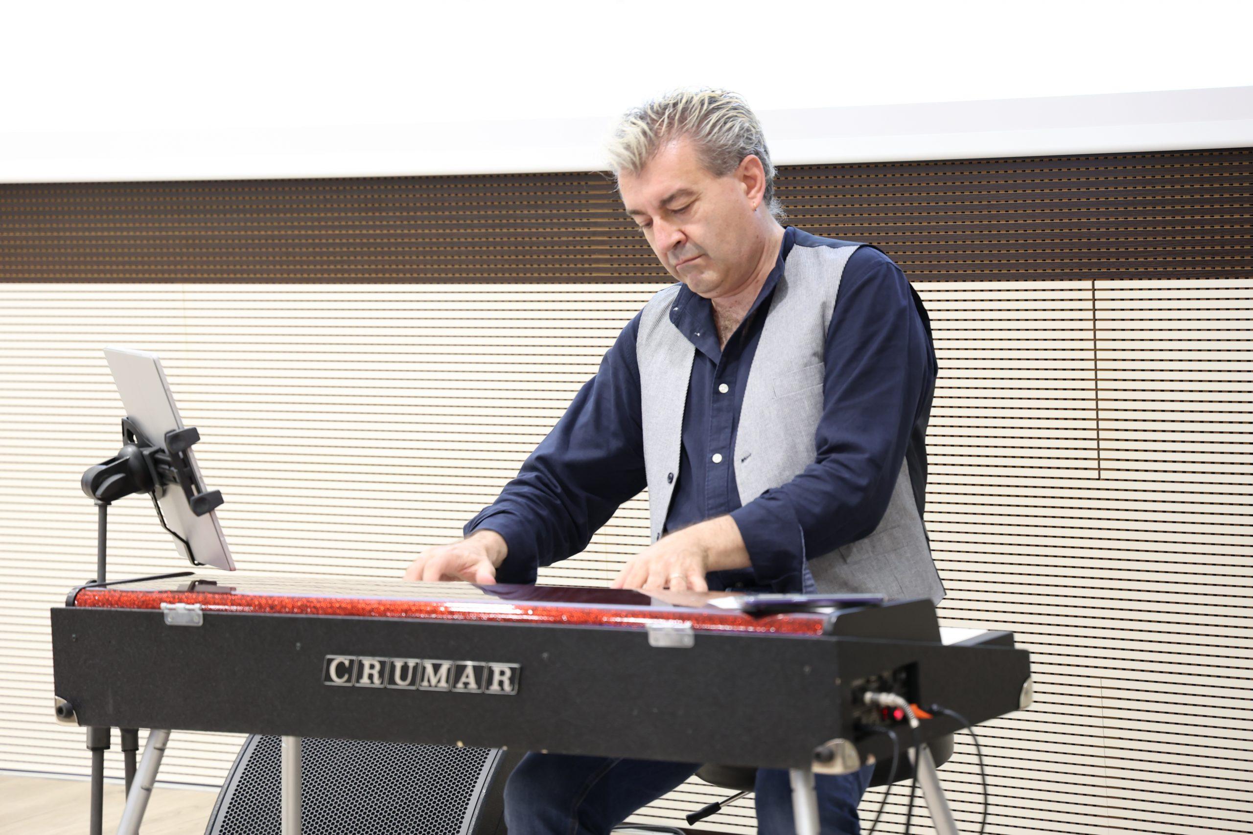 Il musicista Max Tempia alla premiazione dell'edizione 2021 del concorso letterario Gim, fra sogno e realtà del Fondo Edo Tempia di Biella.